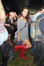 red boots - gray shirt - navy shorts