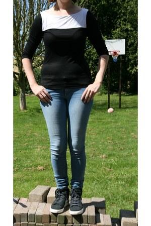 black H & M shirt - sky blue skinny jeans H & M jeans - black nike nike sneakers