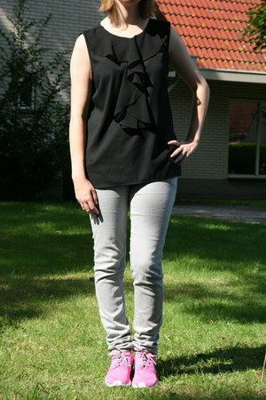 black ruffled top Vero Moda top - light blue light jeans H & M jeans