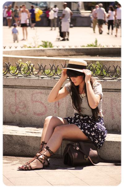 blue Zara t-shirt - brown leather sandals Stradivarius shoes