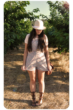 beige Zara t-shirt - pink Oysho - beige vintage hat - brown Vintage from Madrid 