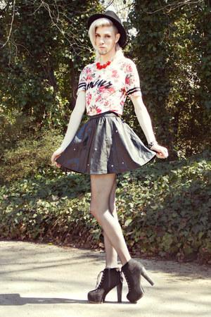 red rose print House Of Alexzander top - black House Of Alexzander skirt