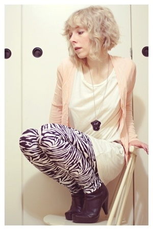 GINA TRICOT t-shirt - American Apparel leggings - second hand sweater - Tiger of