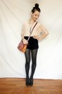 Black-velvet-stradivarius-shorts-peach-lace-pull-bear-top