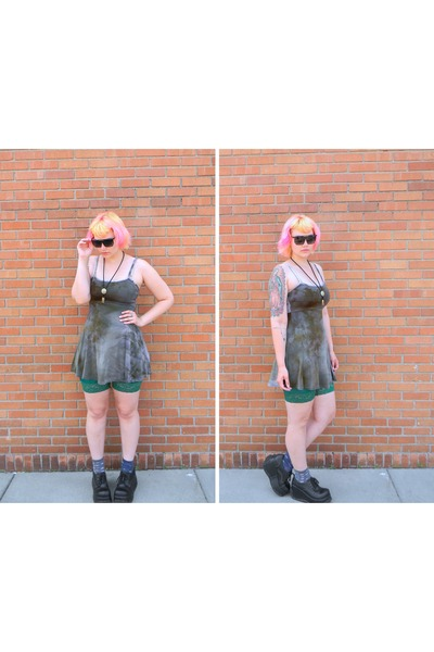 violet AMERICAN DEADSTOCK dress - green American Apparel shorts