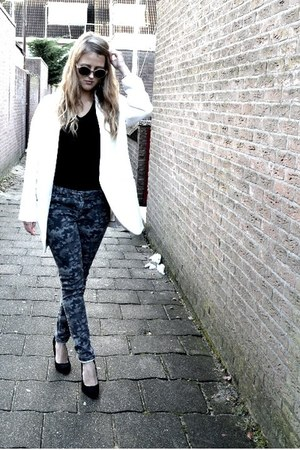 white oversized coat - army green camouflage jeans