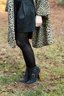 Light-brown-vintage-coat-black-lace-print-forever-21-tights
