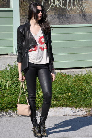 red Leon &amp; Harper t-shirt - black Chloe boots - cream Celine bag