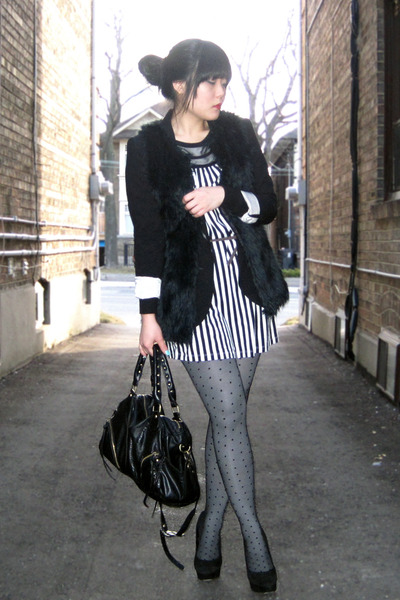 gray dotted H&M tights - black suede pump Dolce Vita shoes