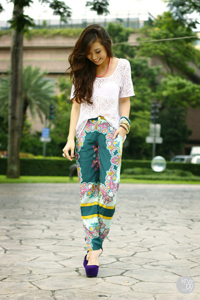 white Bayo top - teal lulus pants - deep purple lulus heels