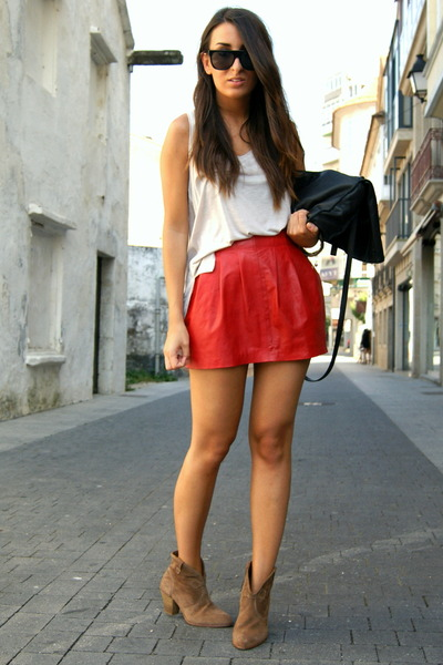 camel short cowboy Pull and Bear boots - black studded Zara bag - ruby red leath