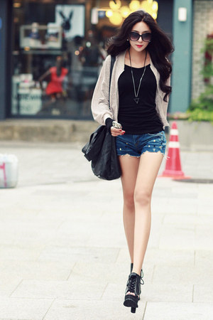 denim shorts - black shirt
