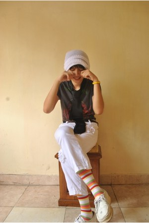 white hat White hat hat - Gap leggings - black shirt Mangosteen shirt