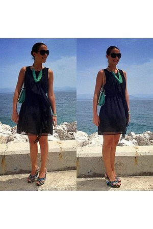 black ruffles H&M dress - teal chain sammydress purse - black Gucci sunglasses