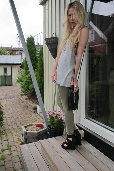 black Malene Birger purse - black Bianco shoes - gray gestuz t-shirt - BikBok le