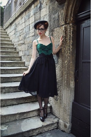 black midi Zara skirt - green corset vintage top - black tassles vintage belt