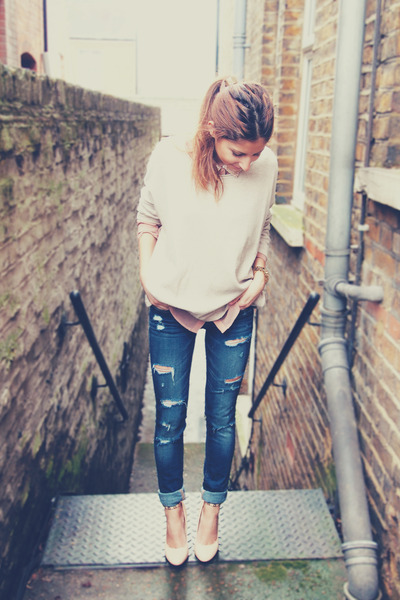 """Blue Ripped Hollister Jeans, Cream H&M Sweaters 