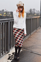 beige vintage hat - off white sweater - tartan BANK FASHION skirt