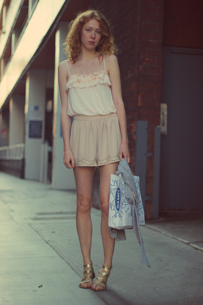 neutral H&M shorts - light pink Forever 21 top