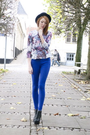 sky blue flower H&M shirt - blue skinny Kim Kardashian pants