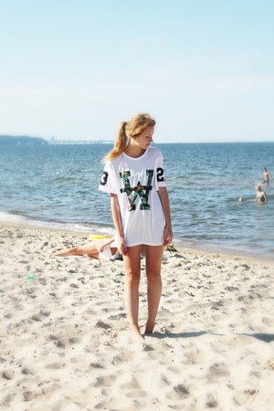 white pull&vbear t-shirt