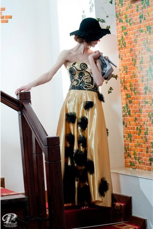 gold Stefanias trendy look dress