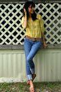 Yellow-shirt-gold-belt-blue-bullhead-jeans-brown-shoes