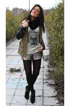 Lefties t-shirt - Zara boots - Zara jacket - Stradivarius shorts
