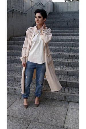 cream trench coat Front Row Shop coat - turquoise blue Zara jeans