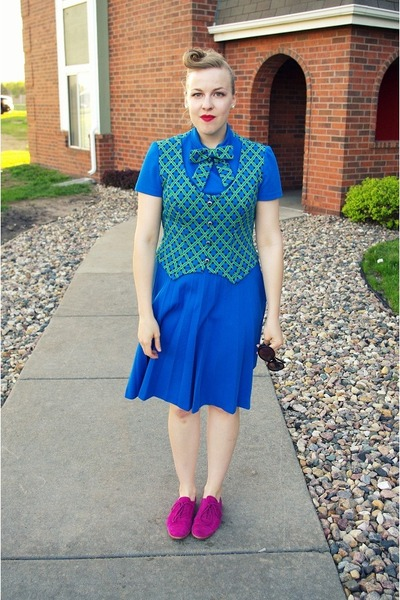 blue vintage suit - hot pink Gap shoes