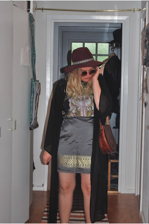 brick red H&M hat - brown leather Secondhand bag