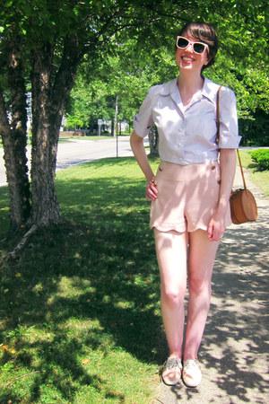 brown 70s vintage bag - light pink scalloped modcloth shorts