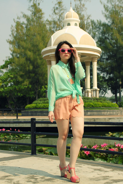 Aquamarine-see-through-shirt-peach-scallop-shorts-necklace_400