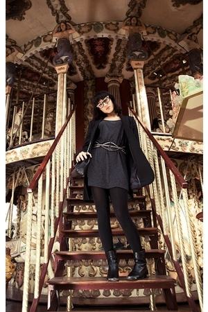 Uterqe blazer - Uterqe t-shirt - Chanel boots - Chanel glasses - Zara belt
