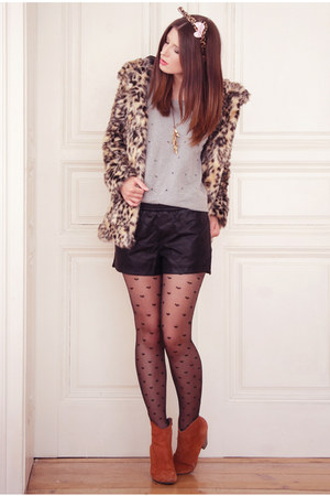 tan H&amp;M coat - tawny humanic boots - tan humanic tights - black vjstyle shorts