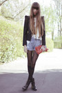 Black-hudson-boots-light-blue-mango-shorts-off-white-urban-outfitters-blouse