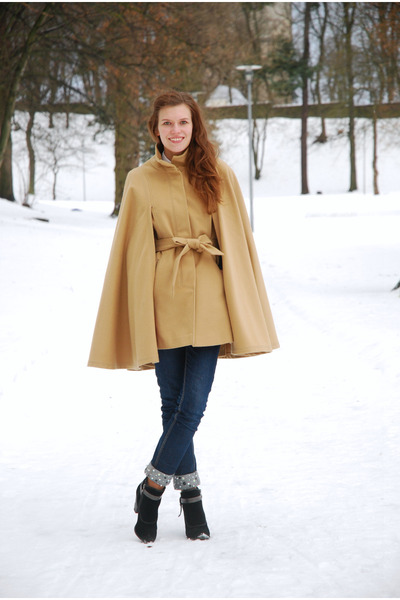 camel Monton cape - black Marco Tozzi boots - navy embellished GINA TRICOT jeans