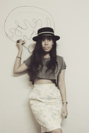 crop top vintage t-shirt - vintage hat - print vintage skirt