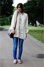 Blue-jeans-dark-brown-bag-light-blue-blouse
