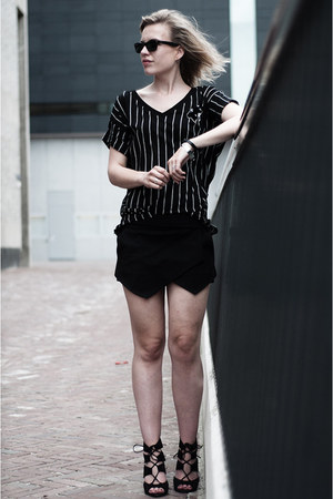 black ray-ban sunglasses - black Zara skirt - black Zara sandals