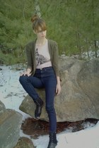 light pink fox decal American Eagle t-shirt - black Bass boots