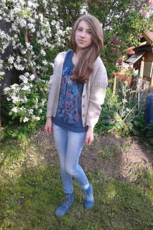 flowers t-shirt - blue shoes - skinny jacket - basic cardigan