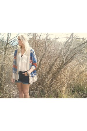 burnt orange aztec print sweater - off white flowy shirt - blue denim shorts