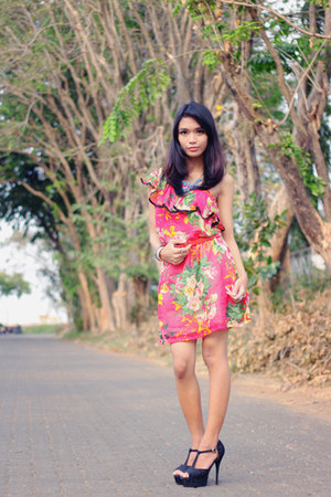 hot pink floral print dress - black heels