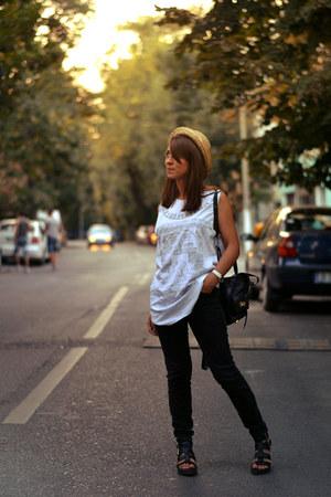 black jeans Zara jeans - printed Zara t-shirt - Zara sandals