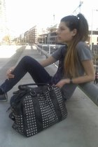 gray basic Paula CaenDanvers arg t-shirt - blue skinny Maria Vazquez arg jeans