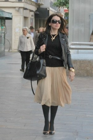 nude pleated skirt Mango skirt - black leather jacket Pull &amp; Bear jacket