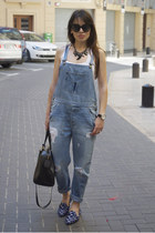 blue dungaree Zara jeans - black bowling coco Bimba & Lola bag