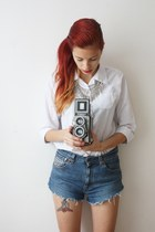 white Secondhand shirt - blue Levis shorts