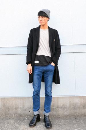 heather gray Uniqlo t-shirt - black sidegore Dr Martens boots